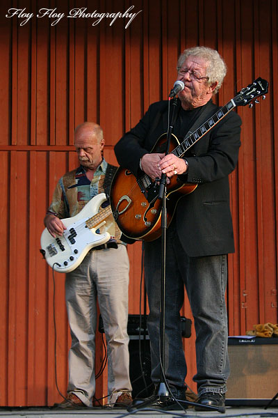 Thomas Lindroth (bass, song), Claes Janson (song, guitar). Good Morning Blues at Parksnäckan. Copyright: Henrik Eriksson. The photo may not be used elsewhere without my permission.