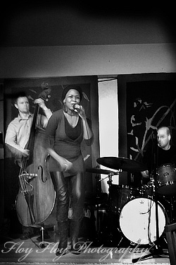 Singer Sani Gamedze from South Africa together with Erik Ojala (bass) at Pub 19 in Uppsala. Photo: ©Henrik Eriksson