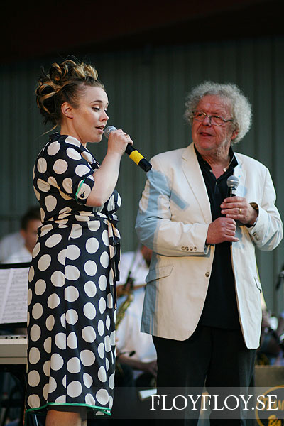 Claes Jansson and Nina Rydberg sings songs of Povel Ramel. Teamwork Big Band. Copyright: Henrik Eriksson. www.floyfloy.se. The photo may not be published elsewhere without written permission.